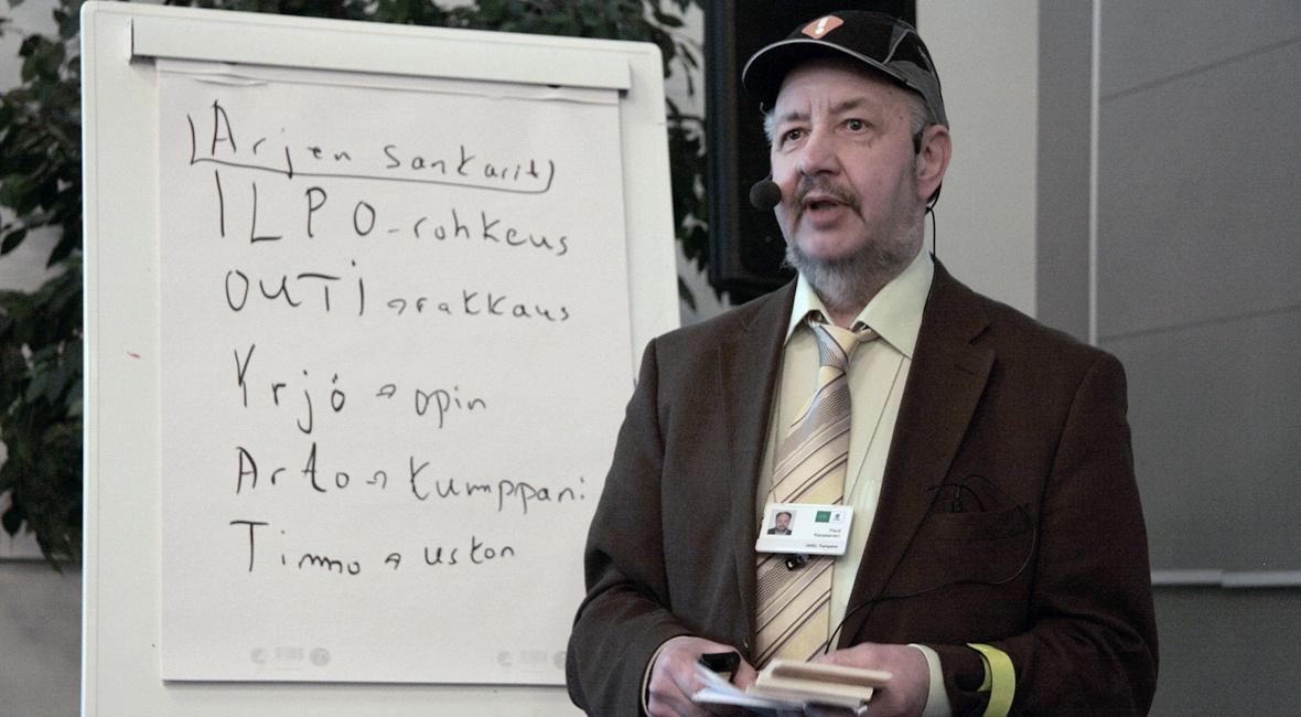 Pauli Karjalainen pitämässä puheenvuoroa jäsenseminaarissa.